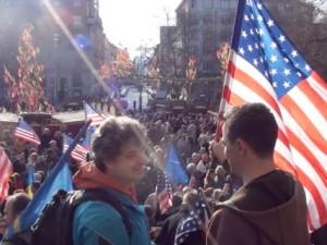 Praha vítá americký konvoj. Na náměstí Míru se sešly čtyři stovky podpůrců našeho členství v NATO