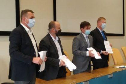 Podepsali jsme koaliční smlouvu mezi námi – Spojenci pro Královéhradecký kraj (TOP 09, HDK, LES), Piráty, ODS (ODS, STAN, Východočeši) a Koalicí pro Královehradecký Kraj (KDU, Volby pro město a nezávislí).