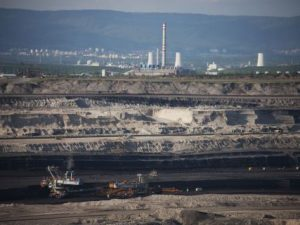 Podle senátora Přemysla Rabase probíhá příprava projektů z Fondu spravedlivé transformace na severozápadě Čech netransparentně a nahrává velkým hráčům, těžařským achemickým firmám