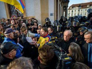 Rozhovor Respektu s Kateřinou Bursíkovou Jacques, tajemnicí skupiny přátel Tibetu v Senátu, o vyvěšení vlajky v horní komoře i protestech při návštěvě prezidenta Si Ťin-pchinga
